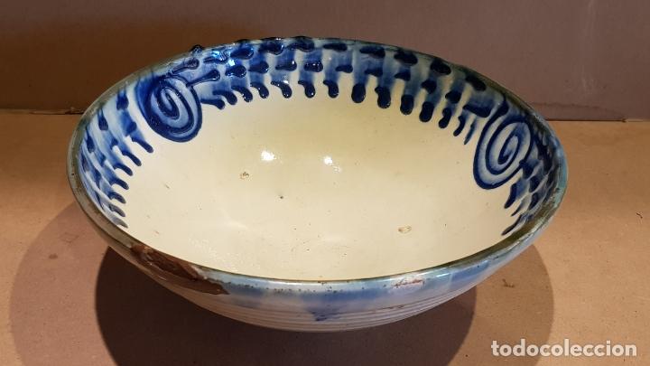 CUENCO DE CERÁMICA DECORADO A MANO Y ESMALTADO / CON USO NORMAL / 24 CM Ø X 10 CM ALTO. (Antigüedades - Porcelanas y Cerámicas - Otras)