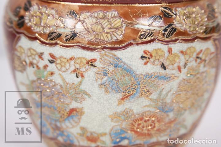 Antigüedades: Macetero de Porcelana China con Decoración Artesanal - Aves y Flores, Dorado y Ocre - Altura 13,5 cm - Foto 2 - 171017979