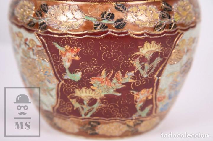Antigüedades: Macetero de Porcelana China con Decoración Artesanal - Aves y Flores, Dorado y Ocre - Altura 13,5 cm - Foto 7 - 171017979