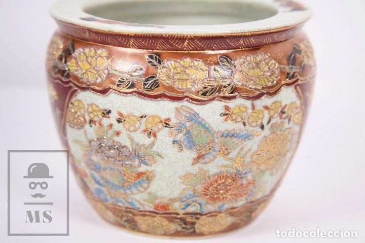 Antigüedades: Macetero de Porcelana China con Decoración Artesanal - Aves y Flores, Dorado y Ocre - Altura 13,5 cm - Foto 8 - 171017979
