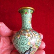 Antigüedades: PEQUEÑO JARRÓN DE BRONCE ESMALTADO, CLOISONNE ANTIGUO. Lote 171023604