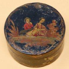 Antigüedades: SNUFF BOX DE PAPEL MACHE PINTADA A MANO, DAMA Y ACOMPAÑANTE, S. XIX 8 X 4 CM.. Lote 84932048