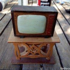 Antigüedades: TELEVISIÓN CON SU MUEBLE HECHO DE ARTESANAL. Lote 171038822