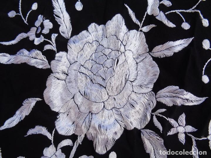 Antigüedades: Bonito Mantón de Manila de seda NEGRO con flores Blancas - Foto 2 - 194381382