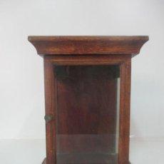 Antigüedades: PEQUEÑA VITRINA ANTIGUA - CAPILLA PARA VIRGEN, SANTO - MADERA DE NOGAL - 35 CM ALTURA - S. XIX. Lote 171079135