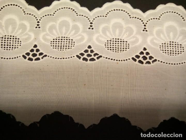 *BORDADO SUIZO SOBRE BATISTA. 16,5 M. (RF:P-139/*) (Antigüedades - Moda - Encajes)