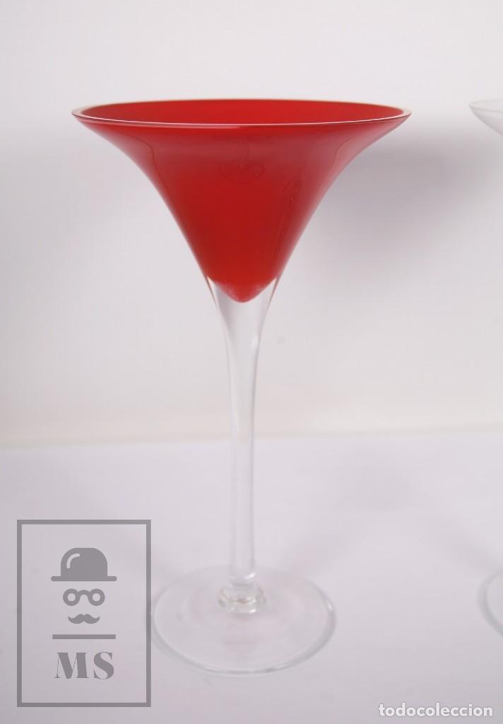 Antigüedades: Pareja de Jarrones Vintage de Diseño - Vidrio / Cristal Forma de Copa - Blanco y Rojo - Años 60-70 - Foto 3 - 171116678
