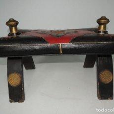 Antigüedades: CURIOSA SILLA ARABE PARA MONTAR CAMELLOS TABURETE DECORADA PERFECTAMENTE PIEZA DE DECORACION. Lote 171121278