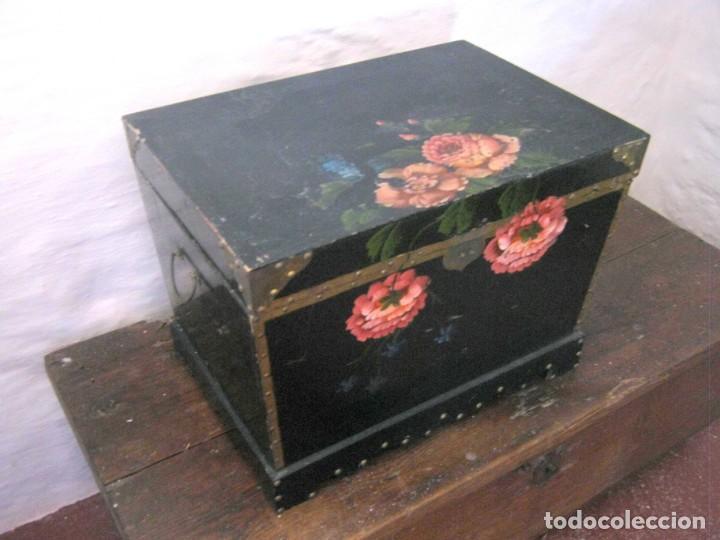 53 CM - BELLA CAJA ARCA BAÚL CHINO TRAPEZOIDAL - LACADO CON PINTURA FLORES CAMELIAS (Antigüedades - Muebles Antiguos - Baúles Antiguos)