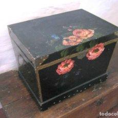 Antigüedades: BELLA CAJA ARCA BAUL TRAPEZOIDAL - LACADO CHINO CON PINTURA FLORES CAMELIAS. Lote 171137067