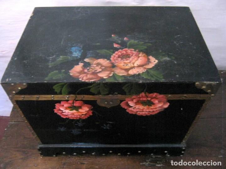 Antigüedades: 53 cm - Bella caja arca baúl chino trapezoidal - lacado con pintura flores camelias - Foto 2 - 171137067