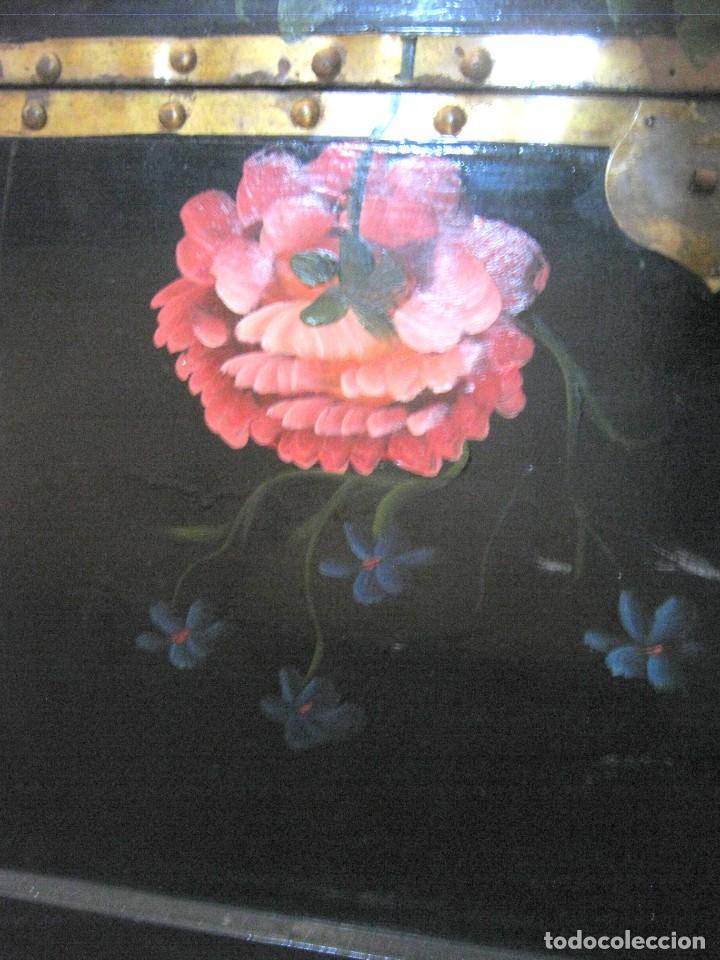 Antigüedades: 53 cm - Bella caja arca baúl chino trapezoidal - lacado con pintura flores camelias - Foto 3 - 171137067