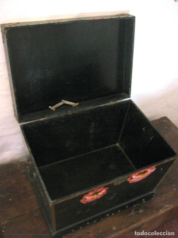 Antigüedades: Bella caja arca baul trapezoidal - lacado chino con pintura flores camelias - Foto 7 - 171137067