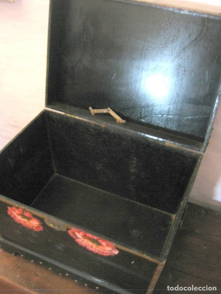 Antigüedades: Bella caja arca baul trapezoidal - lacado chino con pintura flores camelias - Foto 8 - 171137067