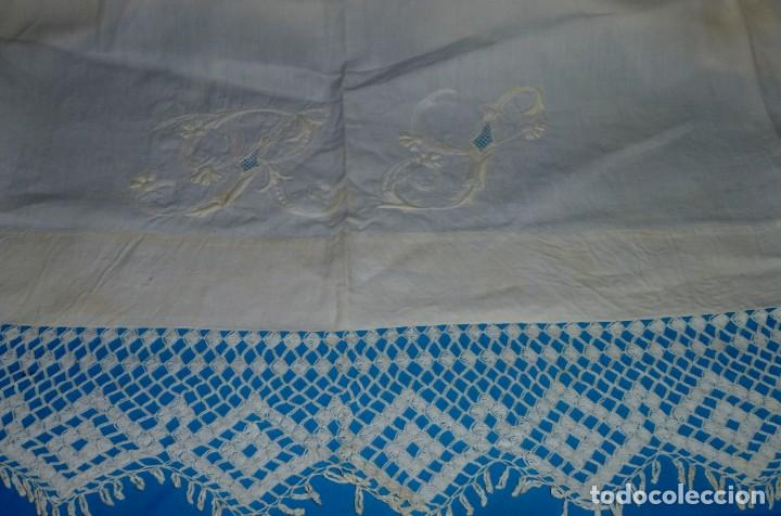 Antigüedades: Sábana,funda de almohada y 2 almohadones de lino con encaje de bolillos. - Foto 3 - 171151422