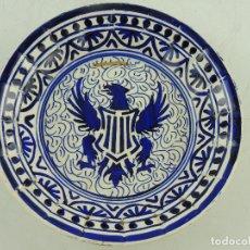 Antigüedades: ANTIGUO PLATO DE CERAMICA PARA COLGAR PINTADO A MANO ESCUDO AGUILA. Lote 171171882