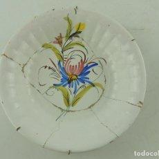 Antigüedades: PRECIOSO PLATO DE CERAMICA PARA COLGAR PINTADO A MANO FLORES . Lote 171173698