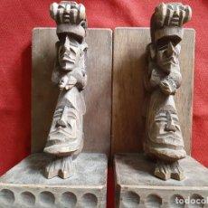 Antigüedades: SUJETA LIBROS DE MADERA TALLADA CON CARAS. Lote 171195173