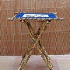 Antigüedades: TABLE PLIANTE BOIS DORE VELOURS NAPOLEON III MESA PLEGABLE DORADA S.XIX PLACA PORCELANA PORCELAIN. Lote 171212170
