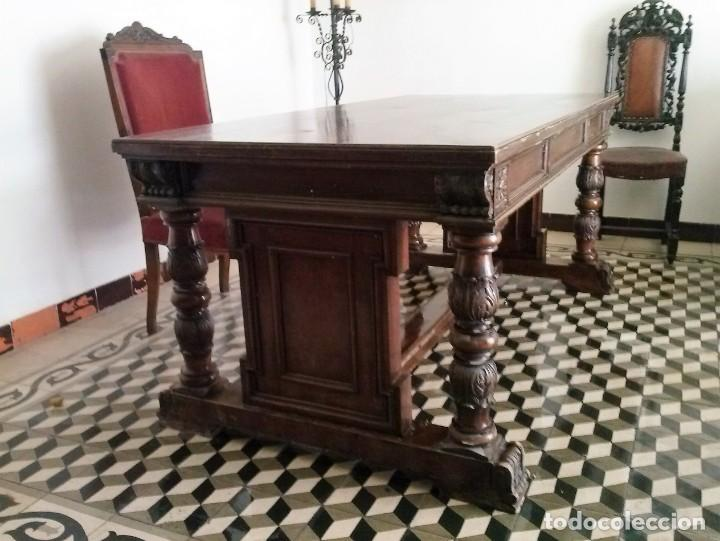 MESA DE DESPACHO DE MADERA TALLADA Y SILLÓN TIPO TRONO EN TERCIOPELO. (Antigüedades - Muebles Antiguos - Mesas de Despacho Antiguos)