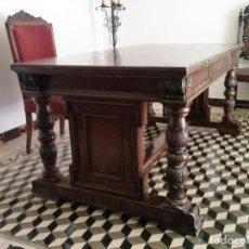 Antigüedades: MESA DE DESPACHO DE MADERA TALLADA Y SILLÓN TIPO TRONO EN TERCIOPELO.. Lote 171213592