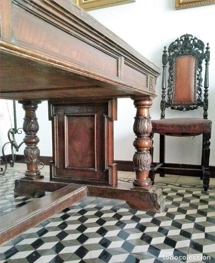Antigüedades: MESA DE DESPACHO DE MADERA TALLADA Y SILLÓN TIPO TRONO EN TERCIOPELO. - Foto 3 - 171213592