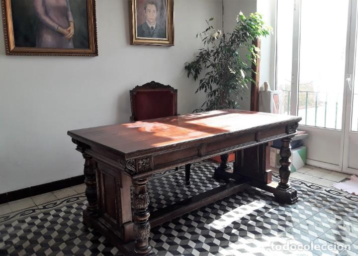 Antigüedades: MESA DE DESPACHO DE MADERA TALLADA Y SILLÓN TIPO TRONO EN TERCIOPELO. - Foto 7 - 171213592