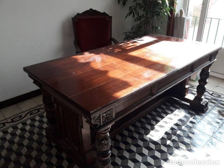 Antigüedades: MESA DE DESPACHO DE MADERA TALLADA Y SILLÓN TIPO TRONO EN TERCIOPELO. - Foto 8 - 171213592