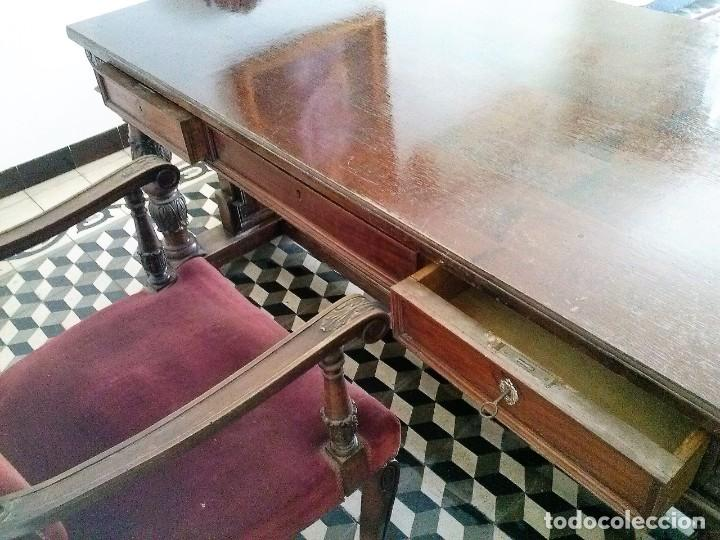 Antigüedades: MESA DE DESPACHO DE MADERA TALLADA Y SILLÓN TIPO TRONO EN TERCIOPELO. - Foto 13 - 171213592