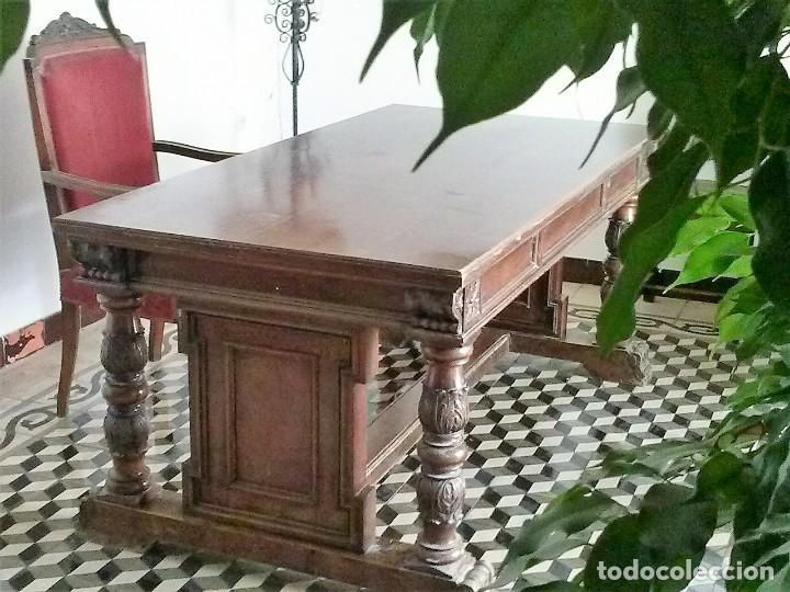 Antigüedades: MESA DE DESPACHO DE MADERA TALLADA Y SILLÓN TIPO TRONO EN TERCIOPELO. - Foto 15 - 171213592