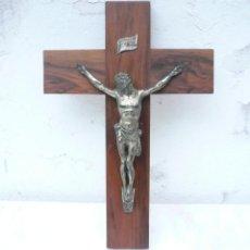 Antigüedades: ANTIGUO CRUCIFIJO DE MADERA CON CRISTO DE CALAMINA. ALTURA TOTAL 48 CM.. Lote 171214367