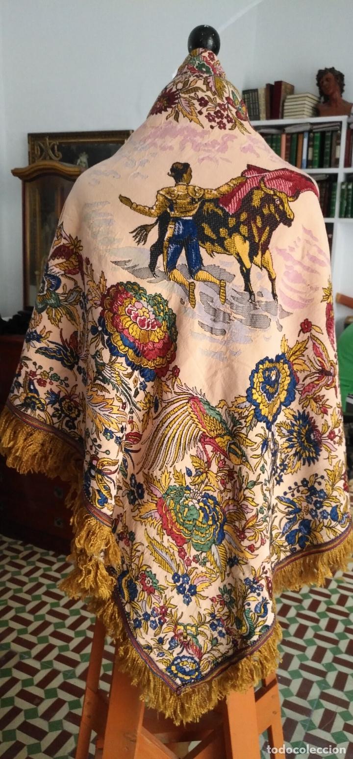 Antigüedades: manton mantocillo estampado brocado sedina con motivos taurinos, toro torero - 140 cm + flecos - - Foto 2 - 171261657