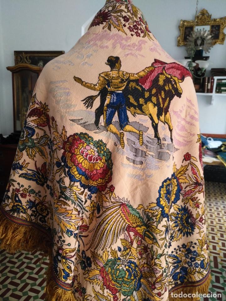 Antigüedades: manton mantocillo estampado brocado sedina con motivos taurinos, toro torero - 140 cm + flecos - - Foto 3 - 171261657