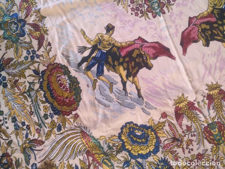 Antigüedades: manton mantocillo estampado brocado sedina con motivos taurinos, toro torero - 140 cm + flecos - - Foto 10 - 171261657