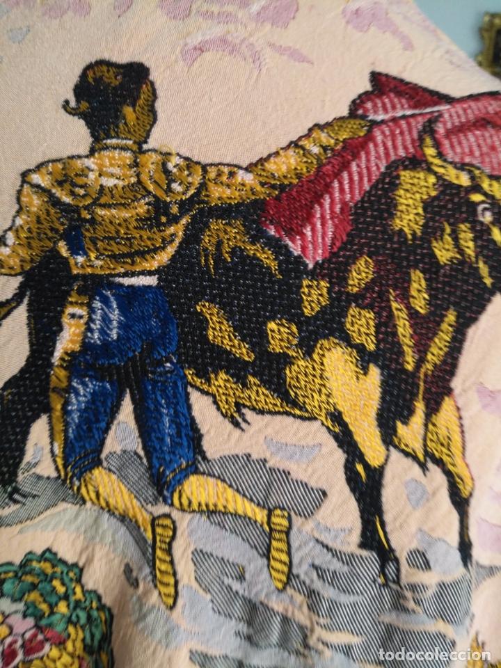 Antigüedades: manton mantocillo estampado brocado sedina con motivos taurinos, toro torero - 140 cm + flecos - - Foto 15 - 171261657