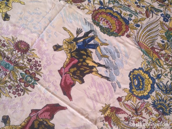 Antigüedades: manton mantocillo estampado brocado sedina con motivos taurinos, toro torero - 140 cm + flecos - - Foto 20 - 171261657