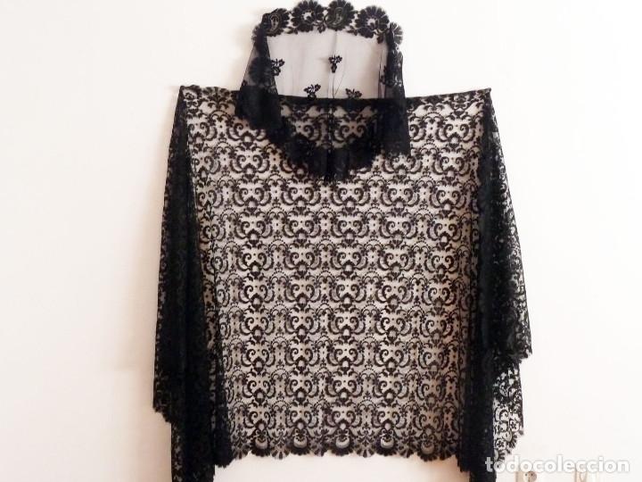 Antigüedades: Precioso mantón, mantilla para procesión, bodas. Totalmente bordada a mano - Foto 2 - 171266463