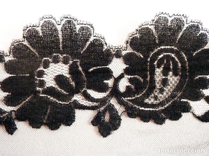 Antigüedades: Exquisita mantilla bordada a mano sobre tul. Primer cuarto del siglo 20 - Foto 3 - 171267023