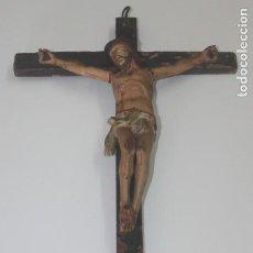 Antigüedades: ANTIGUO CRUCIFIJO TALLA DE MADERA POLICROMADA. Lote 171271354