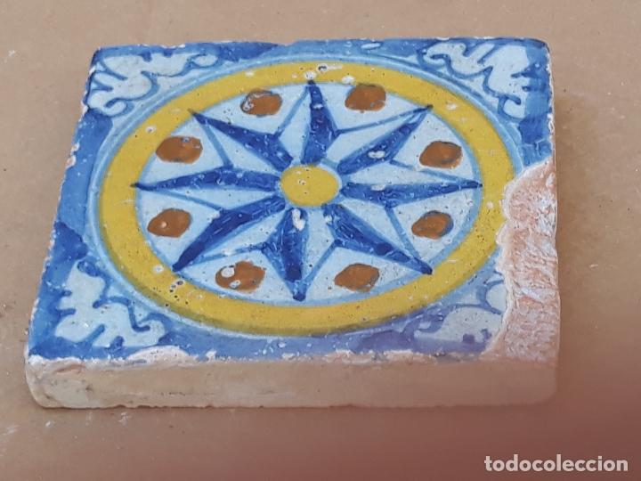 Antigüedades: AZULEJO ANTIGUO DE TALAVERA DE LA REINA ( TOLEDO ) HOLAMBRILLA - TECNICA LISA - SIGLO XVII. - Foto 4 - 201199156