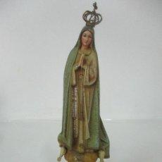 Antigüedades: BONITA VIRGEN DE FÁTIMA - ESTUCO POLICROMADO - CORONA DE LATÓN - TALLERES DE OLOT. Lote 171299178