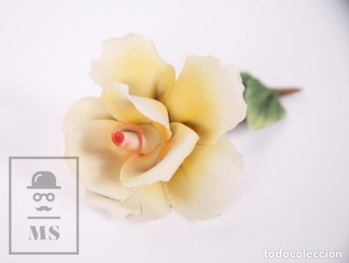 Antigüedades: Figura Flor / Rosa Amarilla de Porcelana Biscuit Estilo Capodimonte - Medidas 8 x 12,5 x 5,5 cm - Foto 2 - 171302907