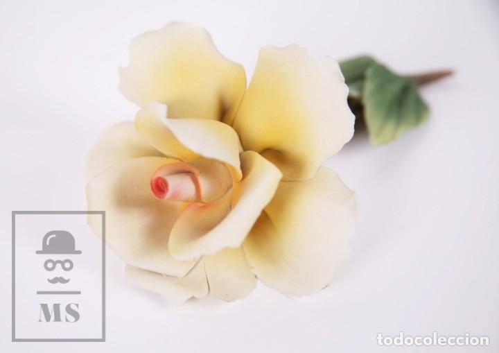 Antigüedades: Figura Flor / Rosa Amarilla de Porcelana Biscuit Estilo Capodimonte - Medidas 8 x 12,5 x 5,5 cm - Foto 8 - 171302907