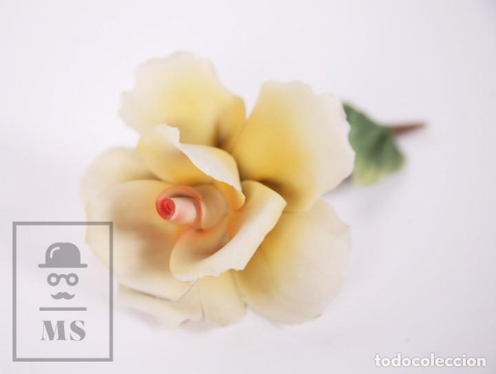 Antigüedades: Figura Flor / Rosa Amarilla de Porcelana Biscuit Estilo Capodimonte - Medidas 8 x 12,5 x 5,5 cm - Foto 9 - 171302907