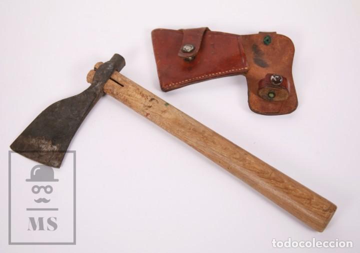 ANTIGUA HACHA CATALANA DE HIERRO FORJADO, MANGO DE MADERA Y FUNDA DE CUERO - GRABADA G (Antigüedades - Técnicas - Rústicas - Agricultura)