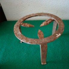 Antigüedades: ANTIGUA TREBEDE DE HIERRO PARA CALDERO. Lote 171306154