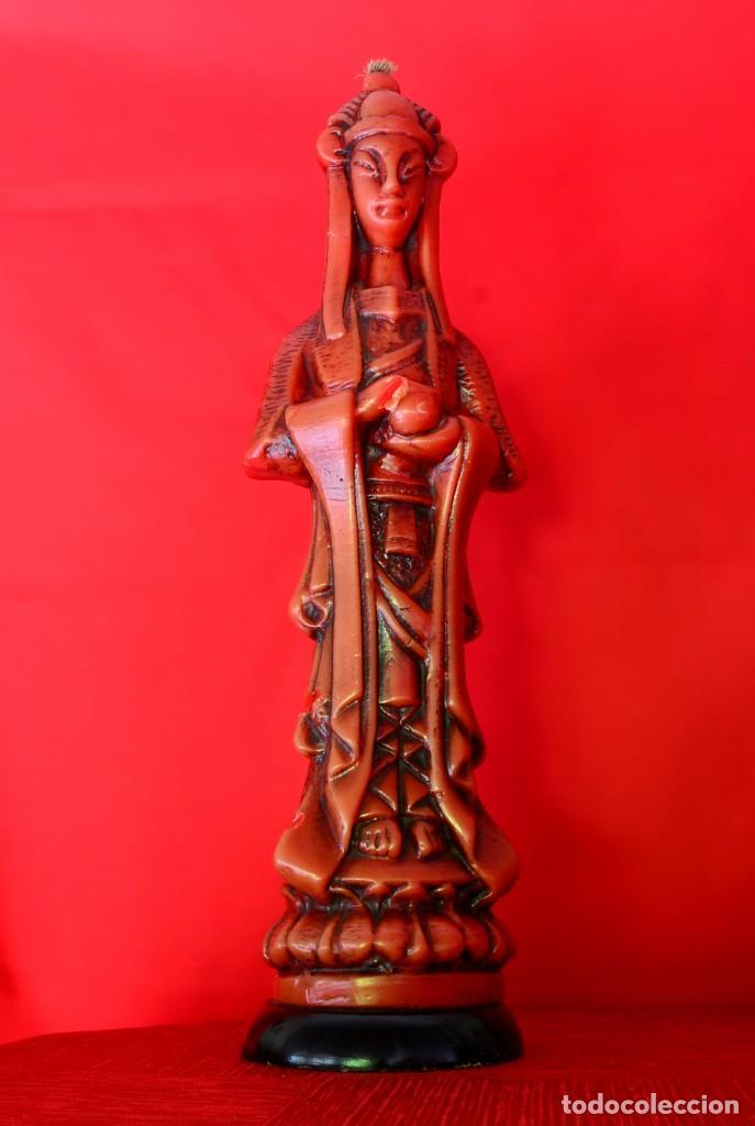 GRAN VELA ANTIGUA TALLADA CERA ROJA CON BASE DE MADERA (Antigüedades - Iluminación - Candelabros Antiguos)