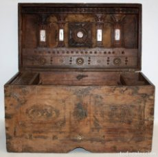 Antigüedades: INTERESANTE ARCON COLONIAL DEL SIGLO XIX EN MADERA TALLADA Y DECORACIONES METALICAS Y RELIQUIAS. Lote 171329960