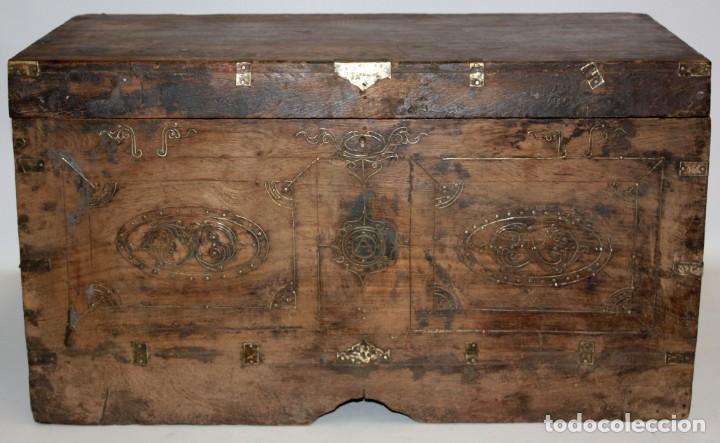 Antigüedades: INTERESANTE ARCON COLONIAL DEL SIGLO XIX EN MADERA TALLADA Y DECORACIONES METALICAS Y RELIQUIAS - Foto 2 - 171329960