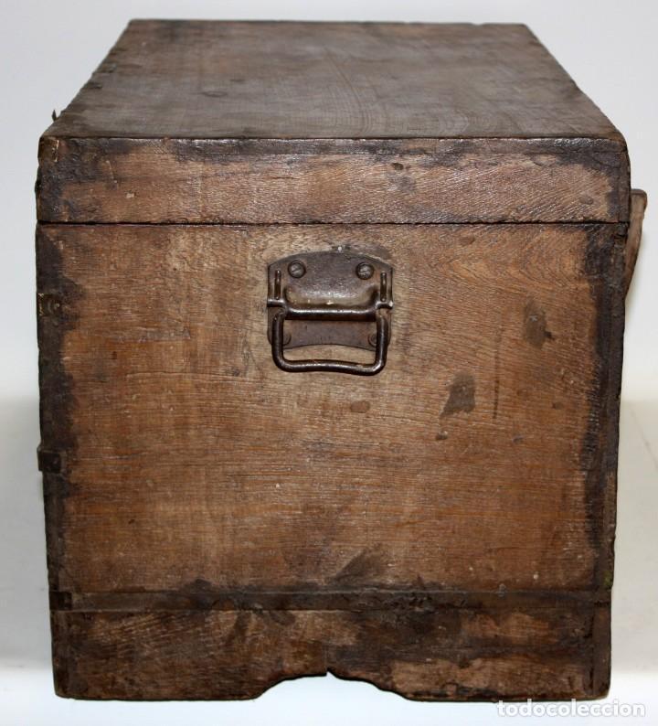 Antigüedades: INTERESANTE ARCON COLONIAL DEL SIGLO XIX EN MADERA TALLADA Y DECORACIONES METALICAS Y RELIQUIAS - Foto 4 - 171329960